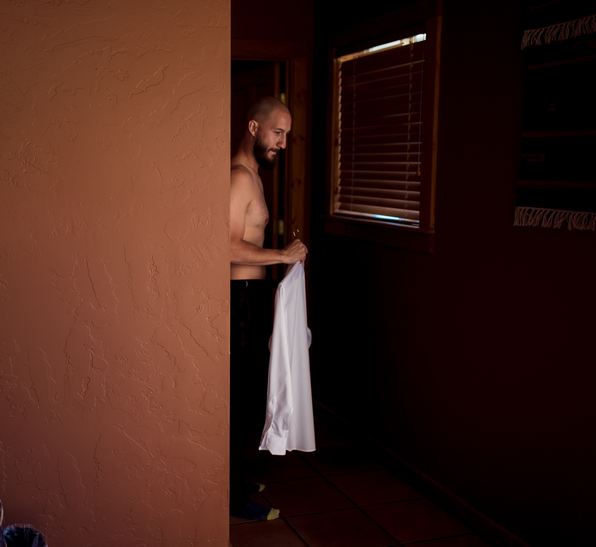 Groom gets ready at Red Cliffs Lodge
